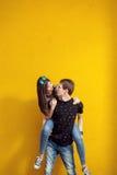 Couples magnifiques ayant le bon temps dehors Photographie stock