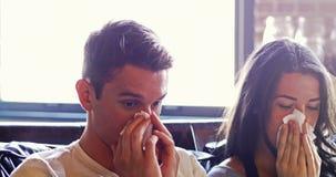 Couples malades frottant leur nez avec le papier de soie de soie banque de vidéos