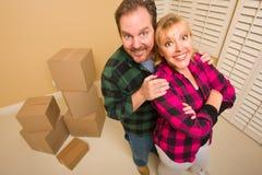 Couples maladroits fiers et cadres mobiles dans la chambre vide images stock