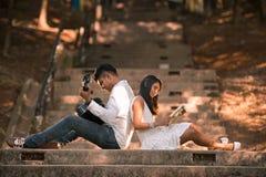 Couples malaisiens asiatiques indiens appréciant la société de chacun Image stock