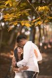 Couples malaisiens asiatiques indiens appréciant la société de chacun Photo libre de droits