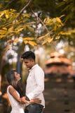 Couples malaisiens asiatiques indiens appréciant la société de chacun Photos stock