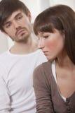 Couples malheureux à la maison Photos libres de droits