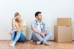 Couples malheureux ayant l'argument à la maison photo libre de droits