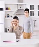 Couples malheureux dans la cuisine Photos stock