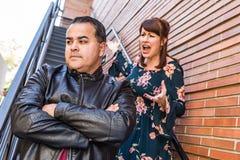 Couples malheureux de métis dans un argument photos stock