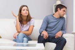 Couples malheureux ne parlant pas après argument à la maison photographie stock libre de droits