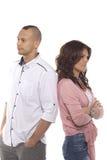 Couples malheureux se tenant de nouveau au dos Image stock