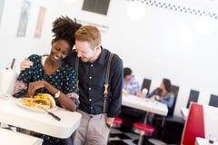 Couples mangeant dans le wagon-restaurant Photographie stock libre de droits