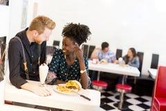 Couples mangeant dans le wagon-restaurant Image libre de droits