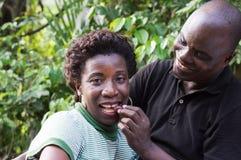 Couples mangeant dans un pique-nique Photographie stock libre de droits