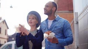 Couples mangeant de la nourriture de rue clips vidéos