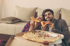 couples mangeant de la pizza Image libre de droits