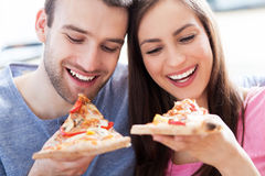 Couples mangeant de la pizza Photo stock