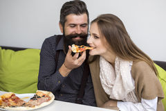 couples mangeant de la pizza Images libres de droits