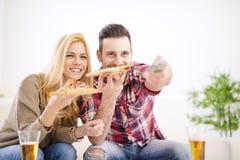 couples mangeant de la pizza Images stock