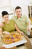 couples mangeant de la pizza Image libre de droits