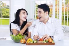 Couples mangeant de la salade ensemble Images stock