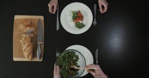 Couples mangeant de la salade Homme tenant saladier Concept sain de style de vie clips vidéos