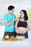Couples mangeant de la salade saine Photos libres de droits