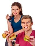 Couples mangeant des aliments de préparation rapide Hamburger de festin d'homme et de femme Photos libres de droits