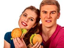Couples mangeant des aliments de préparation rapide L'homme et la femme mangent l'hamburger Photo stock