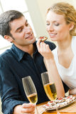 Couples mangeant des biscuits Images stock