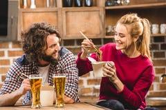 Couples mangeant des nouilles Photographie stock