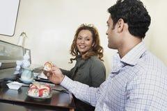 Couples mangeant des sushi dans le restaurant Photographie stock libre de droits