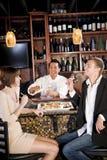 Couples mangeant des sushi dans le restaurant japonais Images stock