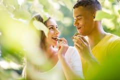Couples mangeant du chocolat ensemble Image stock