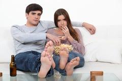 Couples mangeant du maïs éclaté Images stock