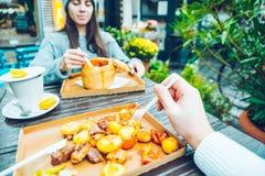 Couples mangeant en café dehors Photo stock