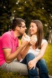 Couples mangeant et parlant la date Image stock
