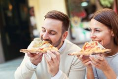 Couples mangeant le casse-croûte de pizza Image libre de droits