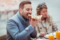 Couples mangeant le casse-croûte de pizza Photo libre de droits