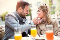Couples mangeant le casse-croûte de pizza Photos libres de droits