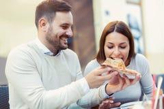 Couples mangeant le casse-croûte de pizza Photo stock