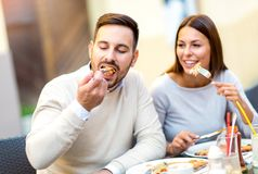 Couples mangeant le casse-croûte de pizza Photos stock