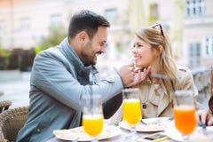 Couples mangeant le casse-croûte de pizza dehors Photo stock