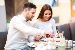 Couples mangeant le casse-croûte de pizza dehors Photos stock