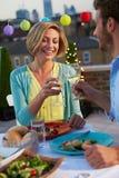 Couples mangeant le dîner sur la terrasse de dessus de toit Photographie stock libre de droits