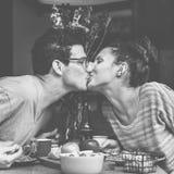 Couples mangeant le repas de nourriture datant le concept Romance d'amour Photo libre de droits