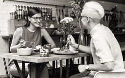 Couples mangeant le repas de nourriture datant le concept Romance d'amour Image stock
