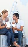 Couples mangeant tout en rénovant leur nouvelle maison Photos stock