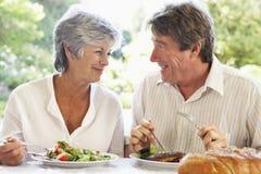 Couples mangeant un repas de fresque d'Al images libres de droits