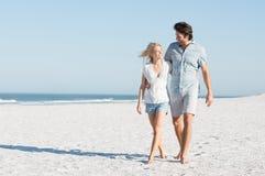 Couples marchant à la plage Photo libre de droits