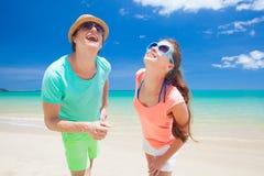 Couples marchant à la plage tropicale Image libre de droits