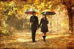 Couples marchant à la ruelle en stationnement d'automne. Photographie stock libre de droits