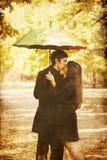Couples marchant à la ruelle en stationnement d'automne. Image stock